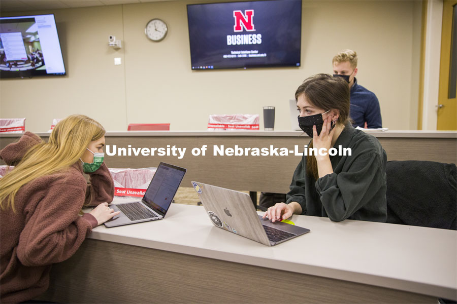 Amanda Gonzales' ACCT 455 - Research and Communication in Accounting pairs off in person and on zoom to work on their project. February 9, 2021. Photo by Craig Chandler / University Communication.
