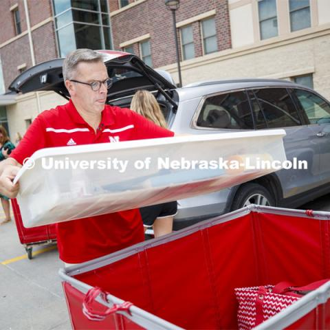 Chancellor Ronnie Green helps Emma Barnes, junior honors student in nutritional science and dietetics with her Knoll Residence Hall move-in. August 22, 2019. Photo by Craig Chandler / University Communication.